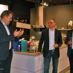 GARANT Geschäftsführer Jens Hölper überreichte bei der Vor-Eröffnung ein persönliches Präsent mit Spezialitäten aus seiner Westerwälder Heimat